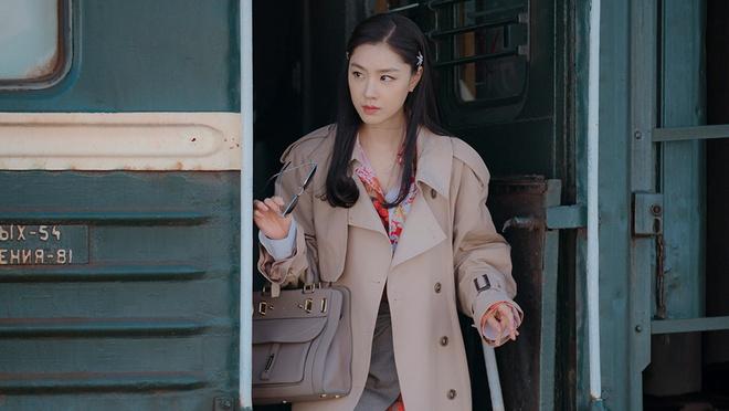 Phong cách thời trang quá sành điệu của nữ phụ Seo Dan phần nào làm giảm bớt độ chân thực của phim.