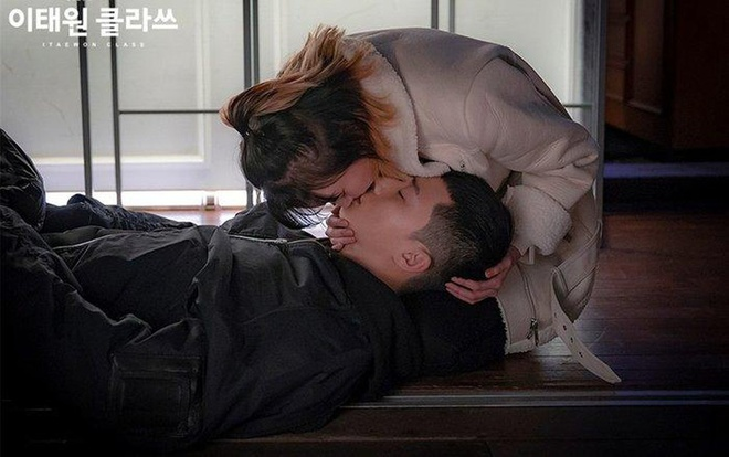Sexy kisses of Park Seo Joon and girlfriend on screen