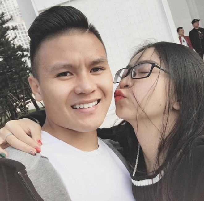 quang hai Ảnh Bạn gái của các cầu thủ U23 Việt Nam xinh như hot girl