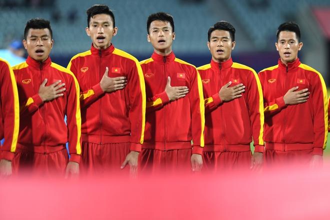 Giay phut thieng lieng khi Quoc ca Viet Nam vang len giua World Cup hinh anh
