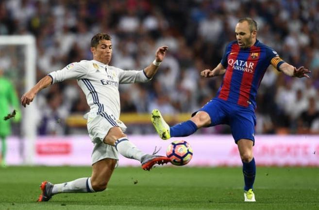 Iniesta thua nhan Real Madrid hay hon Barcelona hinh anh 1