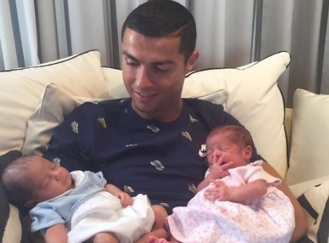 Cristiano Ronaldo hanh phuc khoe cap song sinh len mang hinh anh