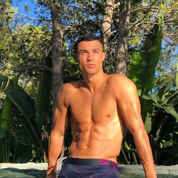 Con trai Ronaldo dam dang be em giup bo hinh anh 3