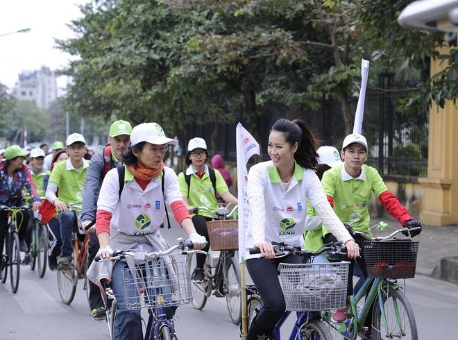 Hoa hau Duong Thuy Linh dap xe vi 'Viet Nam xanh' hinh anh
