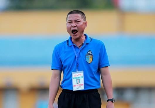 Thanh Luong va HLV Chu Dinh Nghiem nhan an phat nang hinh anh