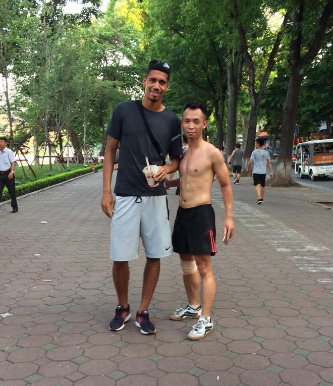 Khong duoc du World Cup, Smalling den Viet Nam da cau voi nguoi ham mo hinh anh 3