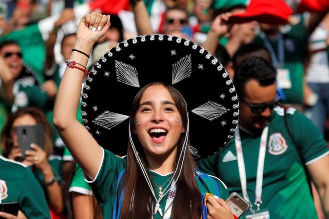 Fan nu nong bong cua Mexico an mung cuong nhiet hinh anh