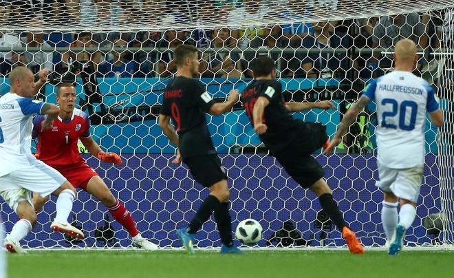 Ivan Perisic len tieng, Croatia thang kich tinh Iceland hinh anh 27