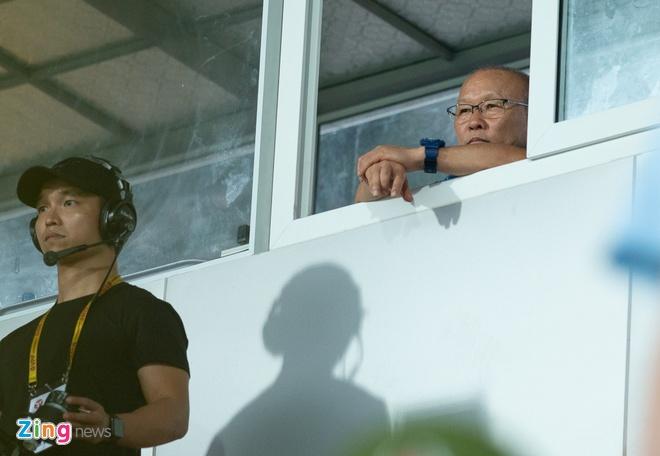 HLV Park Hang-seo tru mua trong cabin binh luan 'xem gio' cau thu U23 hinh anh 2
