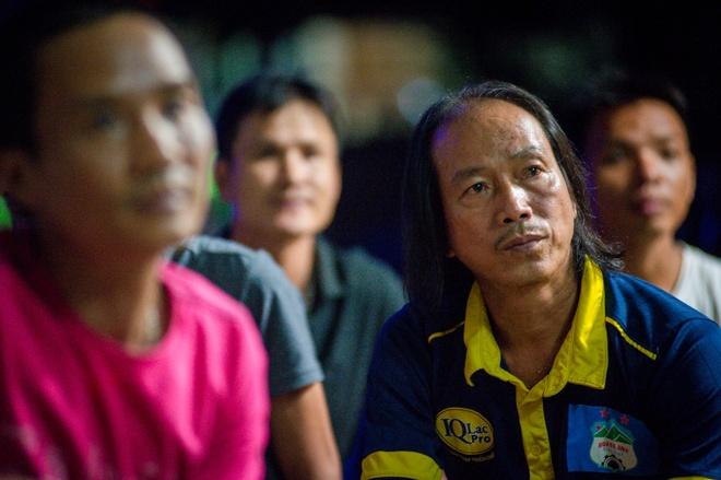 Gia dinh Van Thanh xem con thi dau trong tam trang lo lang hinh anh