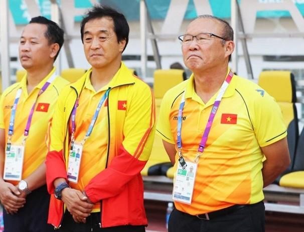HLV Park cung hoc tro duoc Truong doan The thao Viet Nam chuc mung hinh anh