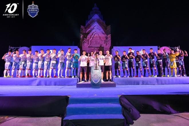 Xuan Truong banh bao ben canh cup vo dich Thai League cua Buriram hinh anh 1
