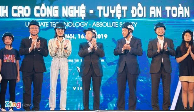 Minh tinh Duong Tu Quynh den Viet Nam tang mu bao hiem hinh anh 1