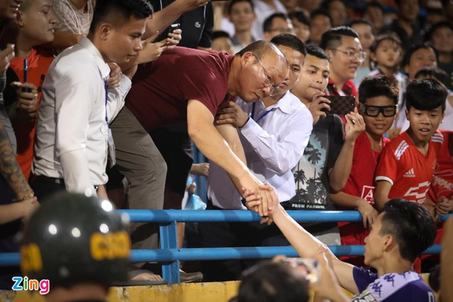 HLV Park nhoai nguoi tu khan dai xuong san de goi Quang Hai, Van Hau hinh anh 2