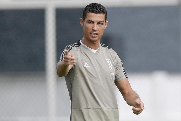 Ronaldo solo ghi ban tu giua san trong buoi tap cua Juventus hinh anh