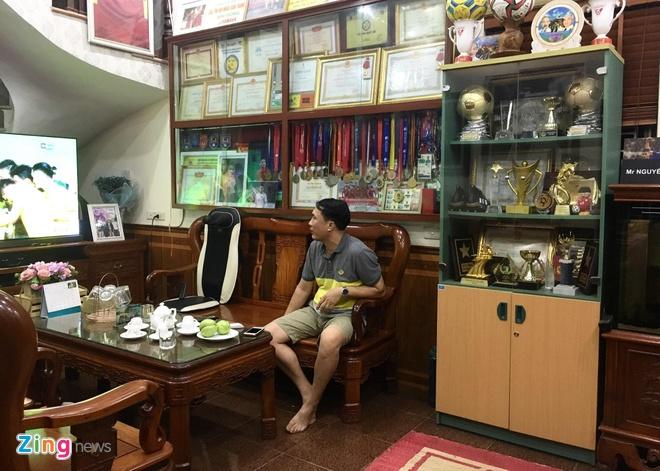 Bố mẹ Quang Hải mượn thêm tủ để trưng bày danh hiệu