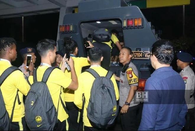 Cau thu Malaysia thoat than bang xe boc thep sau khi ha Indonesia hinh anh 1