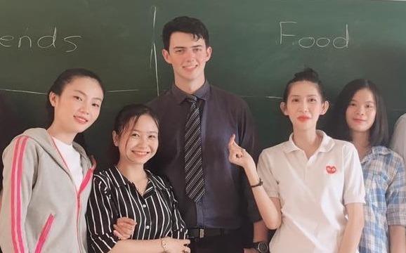 Nu sinh Nha Trang lien tuc quay len thay giao Nam Phi 9X dep trai hinh anh
