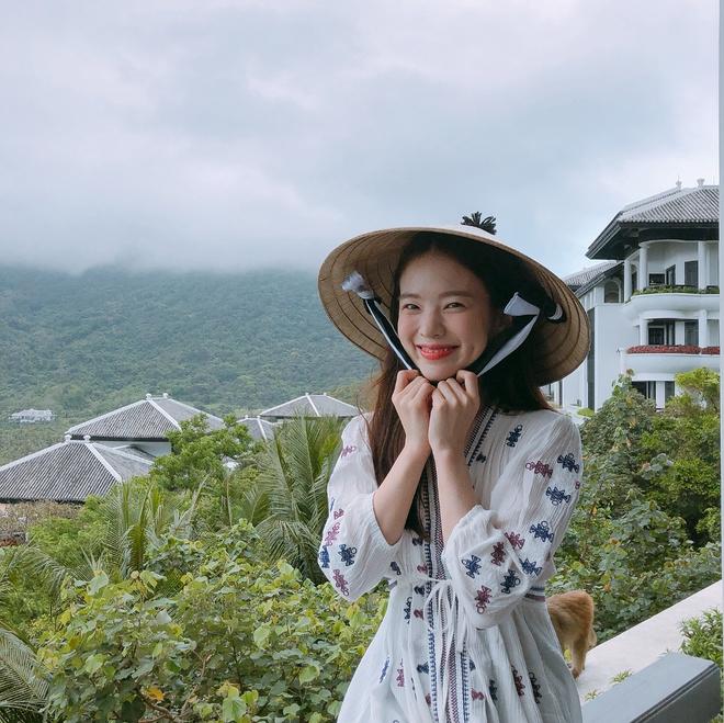 Đây không phải lần đầu tiên nữ người mẫu nội y đến Hội An. Trước đó, hồi giữa tháng 4, cô từng khoe loạt ảnh du lịch tại đây và thu hút sự chú ý của cộng đồng mạng Việt Nam.