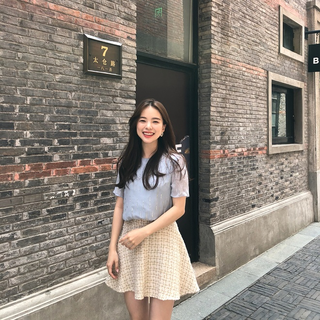 Khác với hình ảnh sexy khó cưỡng trong các quảng cáo, hình tượng ngoài đời của Ha Neul lại có phần dễ thương, giản dị. Nụ cười tươi tắn và  phong cách ăn mặc nhẹ nhàng, nữ tính khiến cô gái 23 tuổi nhìn trẻ trung như  nữ sinh.