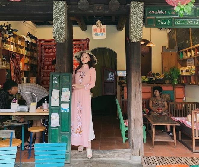 Mới đây, trên Instagram, Lee Ha Neul -  người mẫu nội y nổi tiếng tại xứ kim chi - bất ngờ khoe loạt ảnh du lịch Hội An. Người hâm mộ Việt Nam nhanh chóng để lại nhiều bình luận chào đón cô nàng xinh đẹp.
