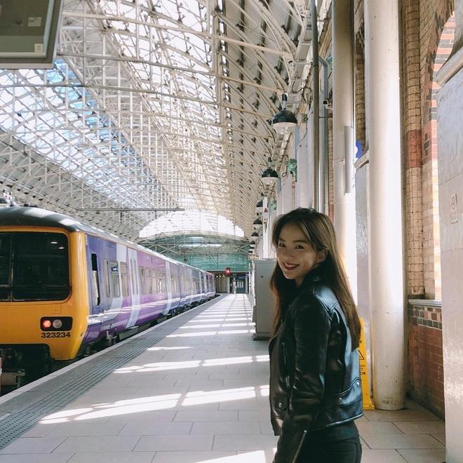 """Bên cạnh công việc mẫu ảnh, quay quảng cáo, Ha Neul còn tự kinh doanh với thương hiệu đồ lót và mỹ phẩm riêng. Là  cô gái đam mê du lịch, 9X dành nhiều thời gian chu du cùng bạn bè và người thân. Những bức ảnh check-in tại nhiều địa điểm nổi tiếng của cô thu hút hàng nghìn lượt """"thả tim"""" từ dân mạng."""