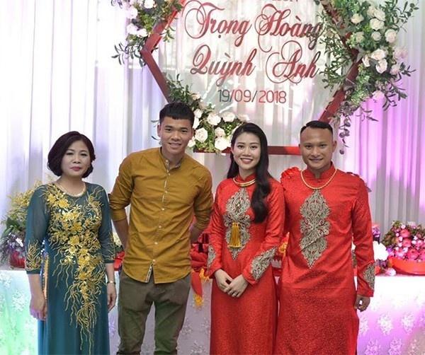 Được sự cho phép của HLV Park Hang-seo, cầu thủ Nguyễn Trọng Hoàng trong thời gian tập huấn cùng đội tuyển Việt Nam tại Hàn Quốc đã về nước sớm hơn kế hoạch để tổ chức đám cưới vào ngày 25/10 vừa qua.