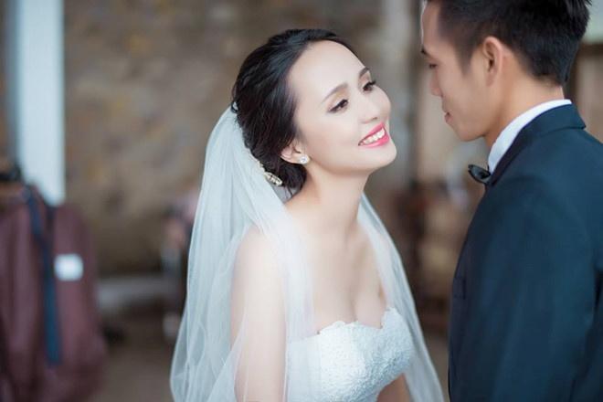 Bằng kinh nghiệm thi đấu dày dặn và kỹ thuật cá nhân tốt, Văn Quyết là một trong những cầu thủ được HLV Park Hang-seo coi trọng tạiAFF Cup năm nay. Bên cạnh sự nghiệp bóng đá, đội trưởng tuyển Việt Nam còn khiến nhiều người ngưỡng mộ khi có cuộc sống hôn nhân hạnh phúc. Anh cùng bà xã Huyền Mi kết hôn năm 2015 và đã có một cậu con trai kháu khỉnh.