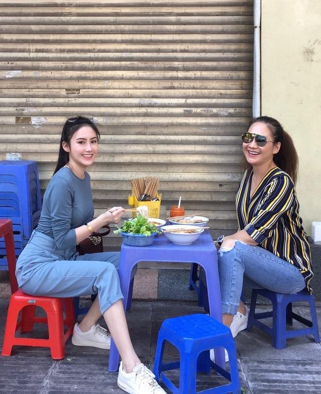 Hot girl Lao goc Viet don Tet o Ha Noi, hao hung an bun rieu via he hinh anh 2