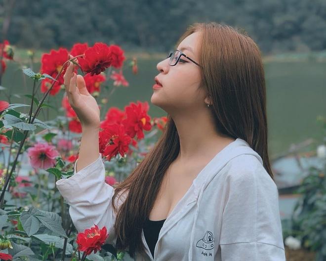 Ban gai Quang Hai lien tuc bi che bai khi dien trang phuc sexy hinh anh