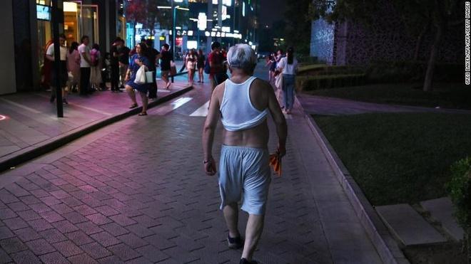 Trung Quoc cam dan ong ven ao, 'khoe' bung o noi cong cong hinh anh 1