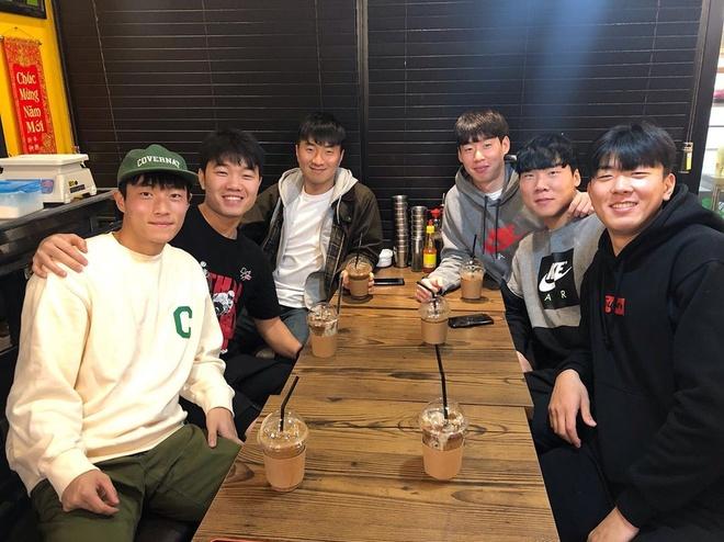 Xuan Truong rang ro khi gap lai dong doi cu tai Han Quoc hinh anh 1