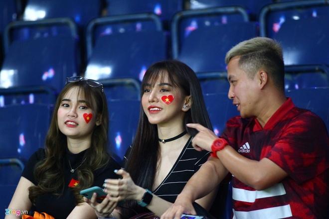 Gia Hân cổ vũ bạn trai trong trận U23 Việt Nam - U23 Jordan. Ảnh: Quang Thịnh.