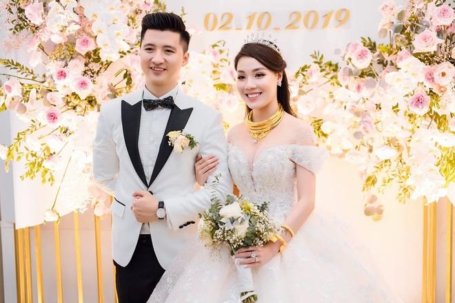 Đám cưới hoành tráng của đôi trẻ được dân mạng chú ý.