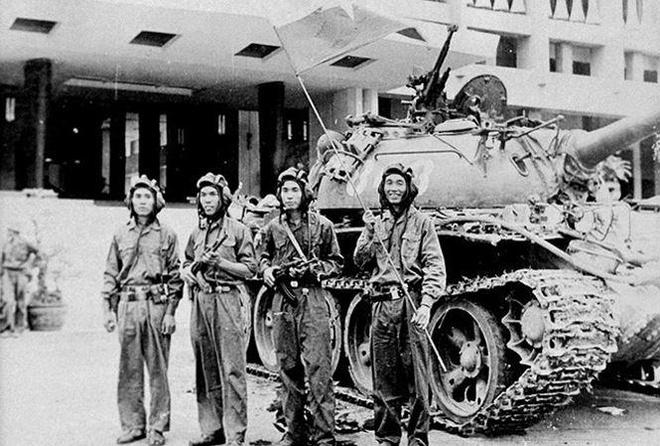 'Năm anh em trên một chiếc xe tăng' và những giai thoại kinh điển