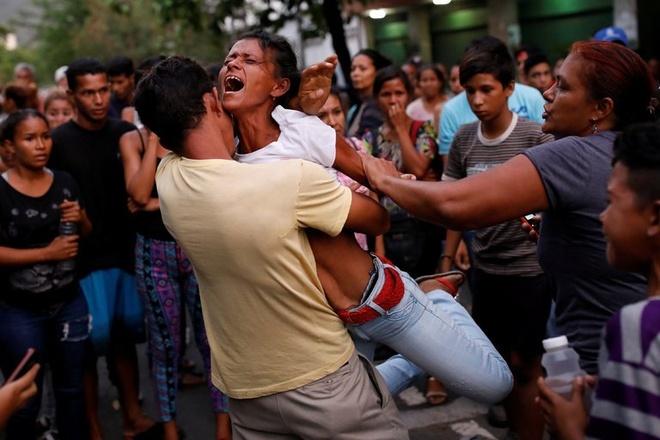 Bao dong va hoa hoan tai don canh sat Venezuela, 68 nguoi chet hinh anh 1
