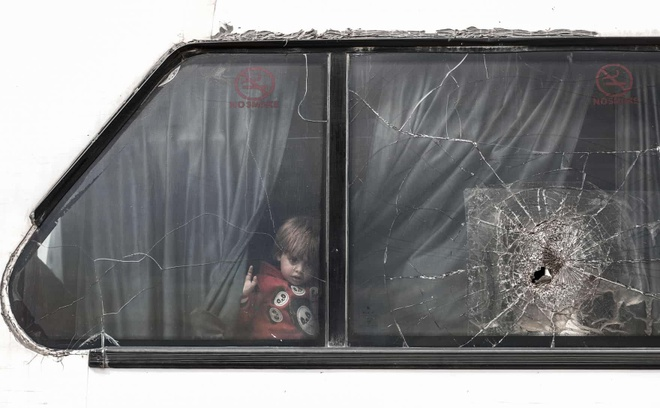 Em be ti nan tren chuyen xe buyt Syria vao top anh tuan hinh anh