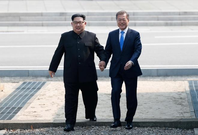 Kim Jong Un di bo qua bien gioi cho thuong dinh lich su hinh anh