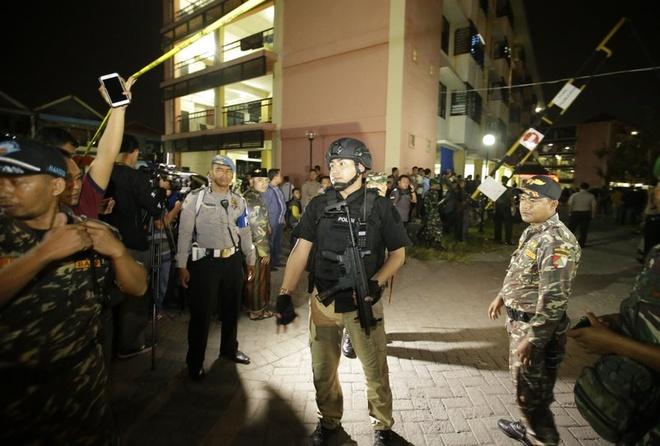 Lai khung bo o Indonesia, xe may mang bom lao vao don canh sat hinh anh