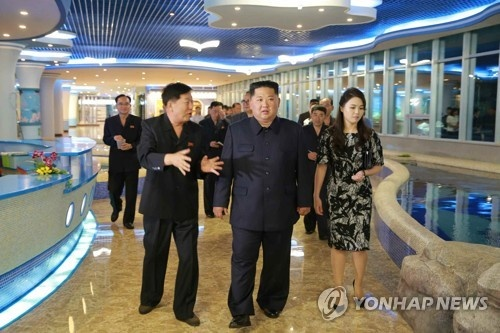 Kim Jong Un tham nha hang hai san truoc khi sang Singapore hinh anh 1