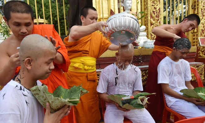 Doi bong nhi Thai Lan lam le xuong toc, chuan bi vao chua tu tap hinh anh