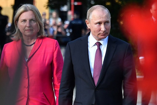Giua lan song chi trich, Putin bao ve viec du dam cuoi ngoai truong Ao hinh anh