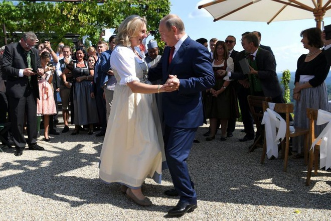 Giua lan song chi trich, Putin bao ve viec du dam cuoi ngoai truong Ao hinh anh 1