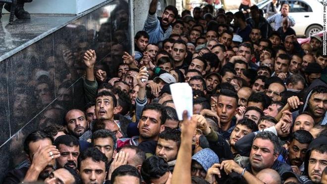 Qatar gui 3 vali chua 15 trieu USD cho cong chuc Palestine o Gaza hinh anh 1