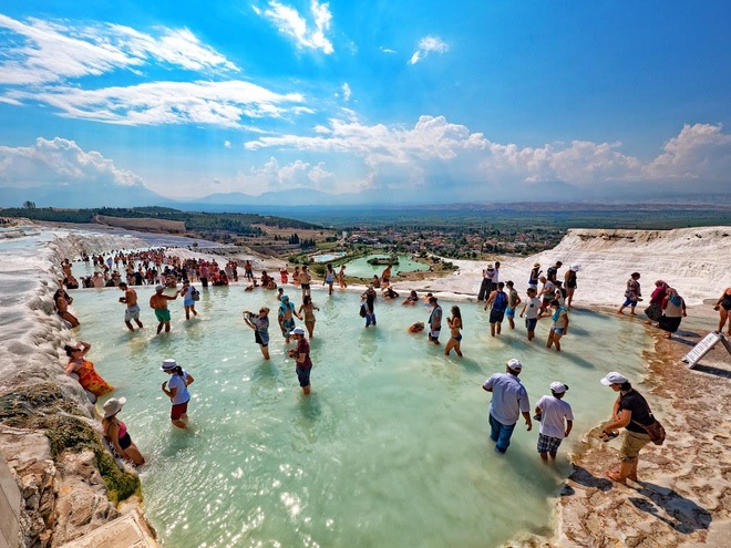 Những hồ bơi độc, lạ trên thế giới giúp bạn hòa cùng thiên nhiên - Ảnh 5