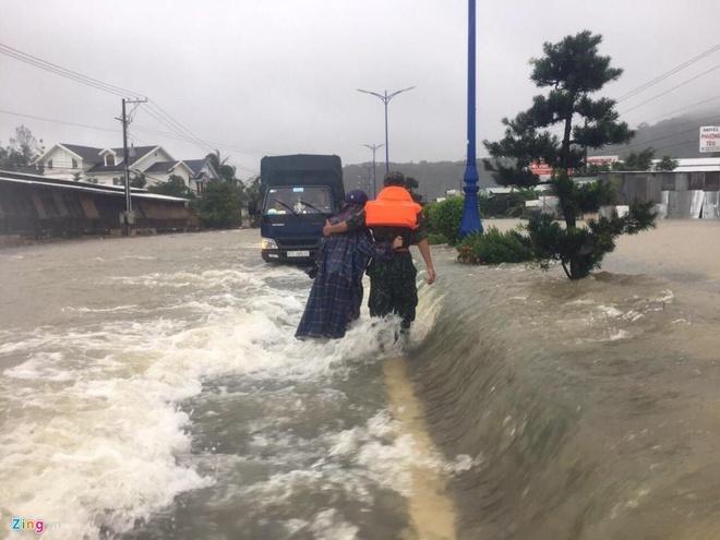 Nhieu du khach mac ket vi mua ngap lich su o Phu Quoc hinh anh 1 nhiều du khách mắc kẹt vì mưa ngập lịch sử ở phú quốc Nhiều du khách mắc kẹt vì mưa ngập lịch sử ở Phú Quốc zing pq