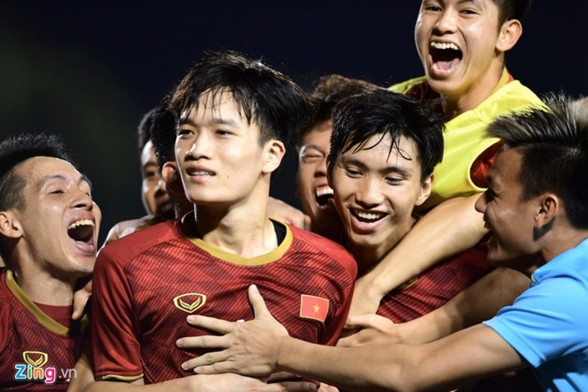 Hang tram nguoi dat tour xem chung ket bong da SEA Games 30 hinh anh 1