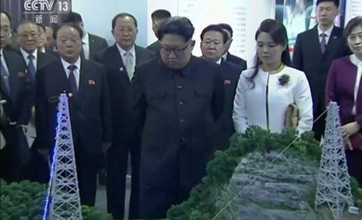 Gu thoi trang cua vo Kim Jong Un gay an tuong manh tai Trung Quoc hinh anh 3