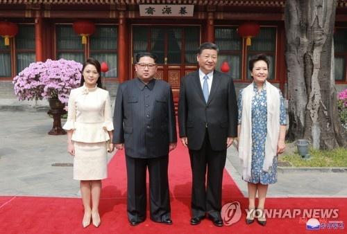 Gu thoi trang cua vo Kim Jong Un gay an tuong manh tai Trung Quoc hinh anh 2