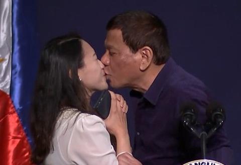 Tong thong Duterte len tieng, coi nu hon la chuyen 'tu nhien' hinh anh
